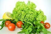 Čerstvá zelenina. listy salátu, cherry rajčátky, rukolou a citronem — Stock fotografie
