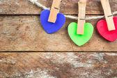 木製の背景に色付きの心 — ストック写真