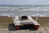 Rädda båten stannar på stranden — Stockfoto