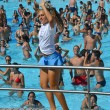 Entertainers dancing on the edge of a pool — Stockfoto