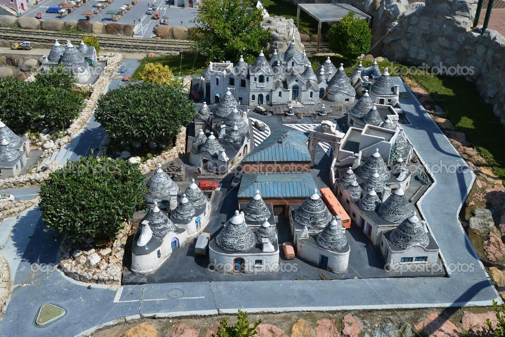 Les trulli dalberobello italie dans parc miniature for Dans italien