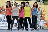 Junge hip-hop-tänzer führen auf eine bühne für die aktuelle — Stockfoto