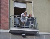 Mujeres a un balcón con vistas a — Foto de Stock