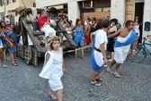 "Cidade?? de Fano. Marche. Itália. desfile ""o Fano dei Cesari"" inspirado os figurinos da Roma antiga — Fotografia Stock"