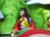 Carnival parade. karren. masker. confetti. Toon. mensen. buiten. — Stockfoto