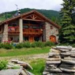 Mountain home. hut. refuge. pragelato. roof. flowers. stones. walk. Outdoor — Stock Photo