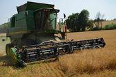 Threshing machine. threshing. campaign. wheat. summer. молотилка. обмолота. Кампания. пшеницы. летом. — Stock Photo