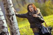 Snygg tjej i skogen — Stockfoto