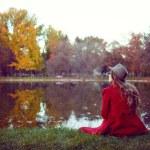 Beautiful young woman enjoying the autumn — Stock Photo