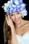 Iris'in çiçekli güzel genç kadın — Stok fotoğraf