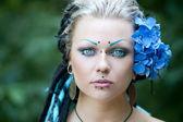 Dreadlocks ile güzel bir genç kadın — Stok fotoğraf