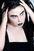 Mujer joven con rostro-arte creativo y dredlocks — Foto de Stock