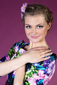Jeune femme en robe rose fond — Photo