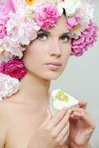 Mooie jonge vrouw met pioenroos bloem — Stockfoto