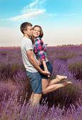Junges paar in den lavendelfeldern herumspielen — Stockfoto