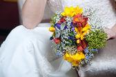 Bello colorido bouquet nupcial en mano de la novia — Foto de Stock