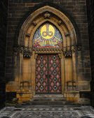Main door to neo-gothic Basilica of St Peter and St Paul in Prague, Czech Republic — Stock Photo