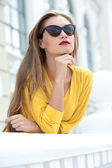 Modern woman in sunglasses in urban backgrounds — Stock Photo