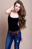 Młoda kobieta piękne długie kręcone włosy — Zdjęcie stockowe