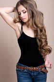 Jovem mulher bonita com cabelo longo cacheado — Foto Stock