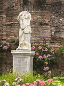 Antique statue of woman against backdrop of ruins, Forum Romanum — Stock Photo