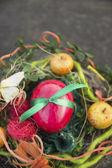 Rode ei met groene lint met pasen decoraties — Stockfoto
