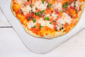 Pizza with tomatoes, basil,kapers and mozarela, clouse up — Stock Photo