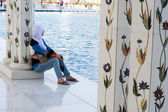 A girl in Sheikh zayed grand mosque in Abu Dhabi sights — Stock Photo