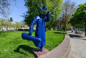 Blue figure Sculpture on Amsterdam streets — Stock Photo