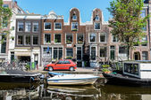 Amsterdam canals with traditional dutch architecture — Stock Photo