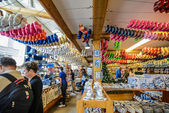 Souvenir shop with a lot of clogs in Amsterdam — Foto Stock