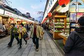 Lidí, kteří jdou na asakusa, Tokio — Stock fotografie