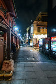 Small street at night time in Tokyo — Stock Photo