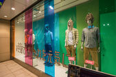 Giysi gemisi Tokyo bir vitrin mankenleri — Stok fotoğraf