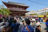 толпа возле senso-ji храм, токио, япония — Стоковое фото