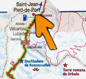 Yellow arrow pointing at Saint Jean Pied de Port — Stock Photo