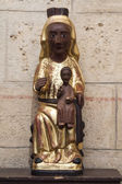 Románské socha černé panny marie na románský kostel — Stock fotografie