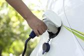 Bir elektrikli araba ile şarj — Stok fotoğraf