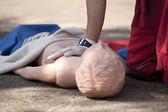Prática de primeiros socorros na manequim — Fotografia Stock