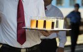 Kelner serwuje napoje bezalkoholowe na imprezie — Zdjęcie stockowe