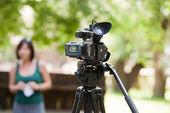Täcker en händelse med en videokamera — Stockfoto