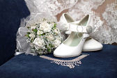 Bridal bouquet, shoes and necklace — Stock Photo