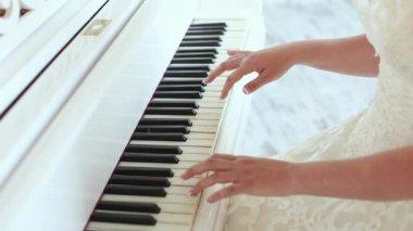 Gelin piyano çalıyor — Stok video
