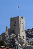 Croatian flag on fortress Mirabella Peovica above the town Omis in Croatia — Stock Photo