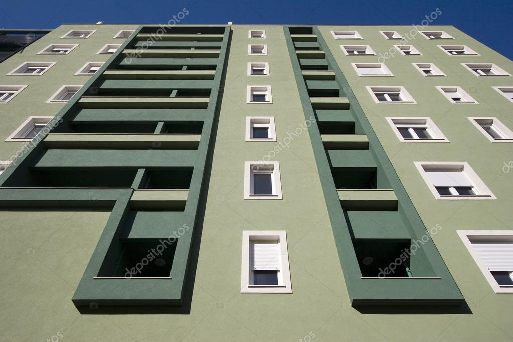 Facciata verde chiaro e scuro con balconi e finestre bianche foto stock 25869571 - Finestre bianche ...