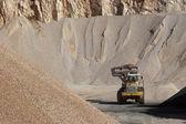 Montes de agregados para construção de estrada de pedra — Foto Stock