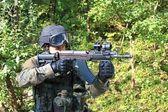 特別な警察単位の訓練は、シューティング ゲーム swat 突撃ライフル sa58 7,62 mm の口径 — ストック写真