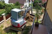 A small excavator provides garden at the house — Foto Stock