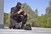 Guarding VIPs, special forces policeman with the gun on the roof — Stock Photo