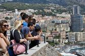 PRINCIPAUTE DE MONACO- JUNE 26, 2014 : Tourists watching from the Prince's Palace on luxury yachts dock — Stock Photo